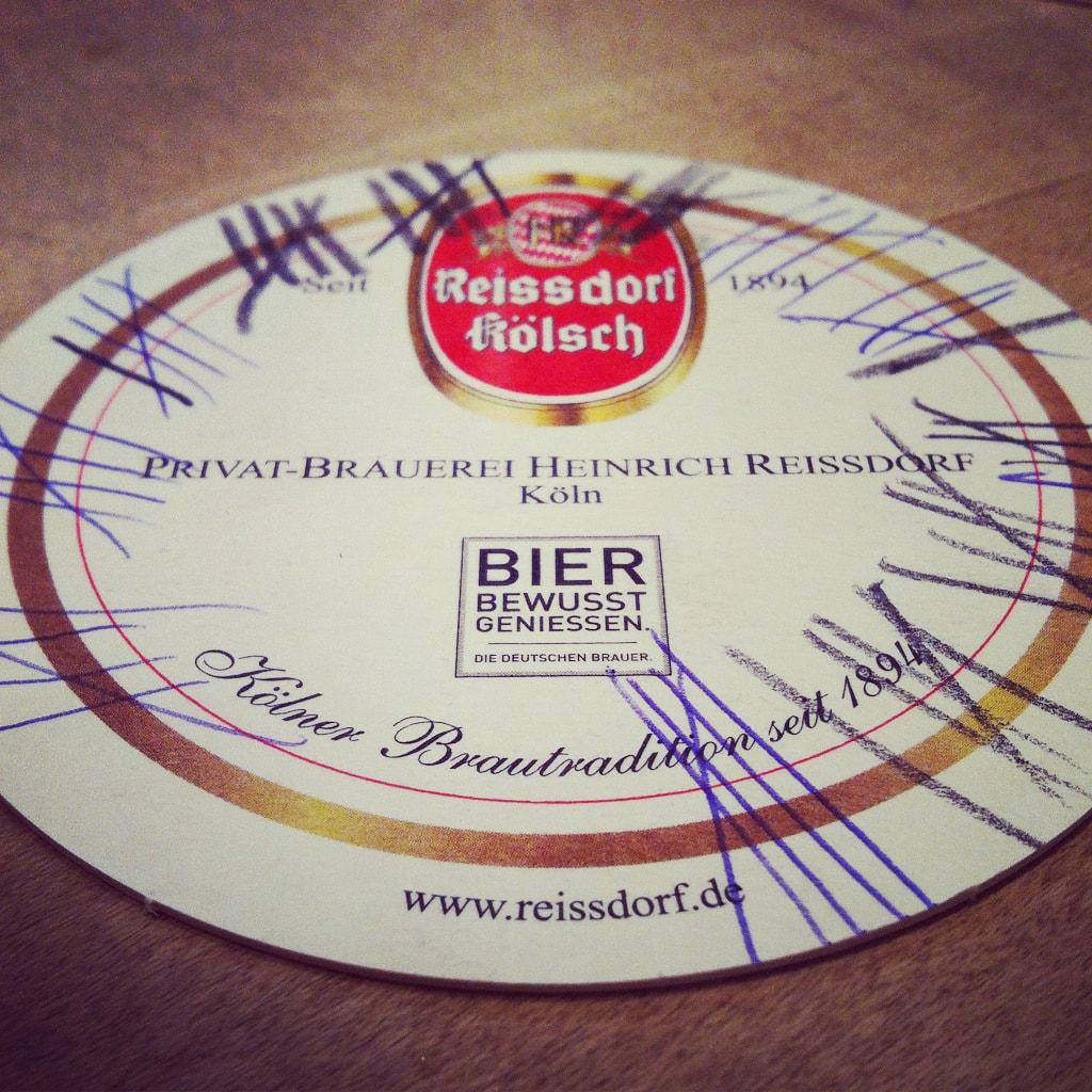 Een bierveltje in Keulen van brouwerij Reissdorf met veel strepen