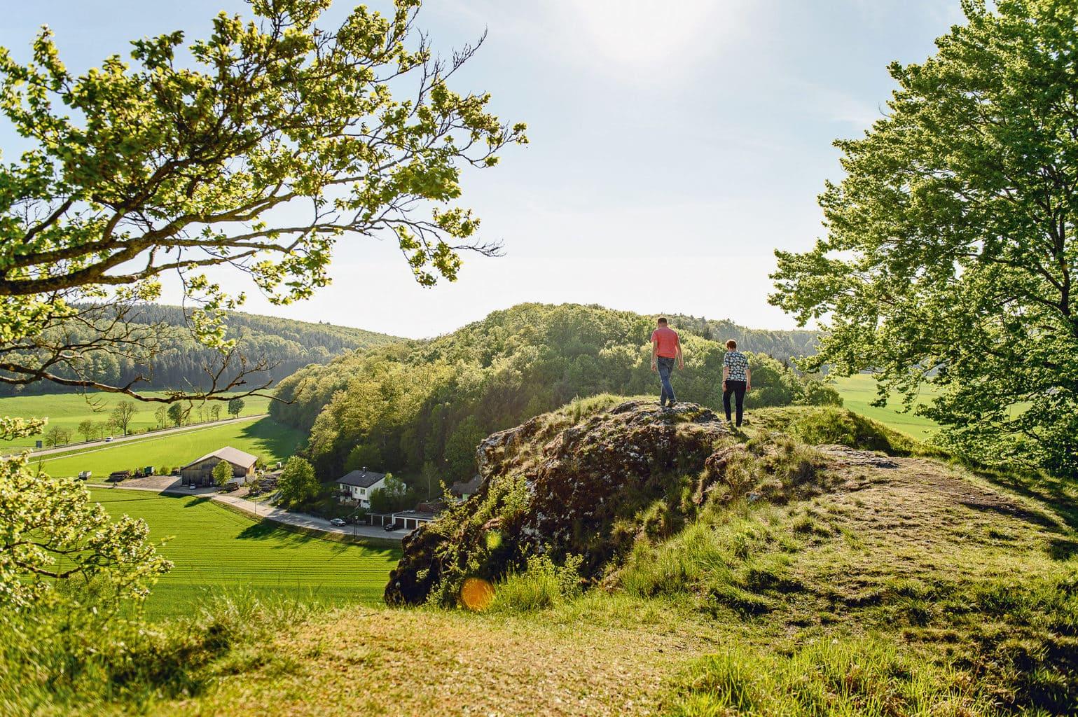 Wandelaars en fietsers in het Steinheimer Becken