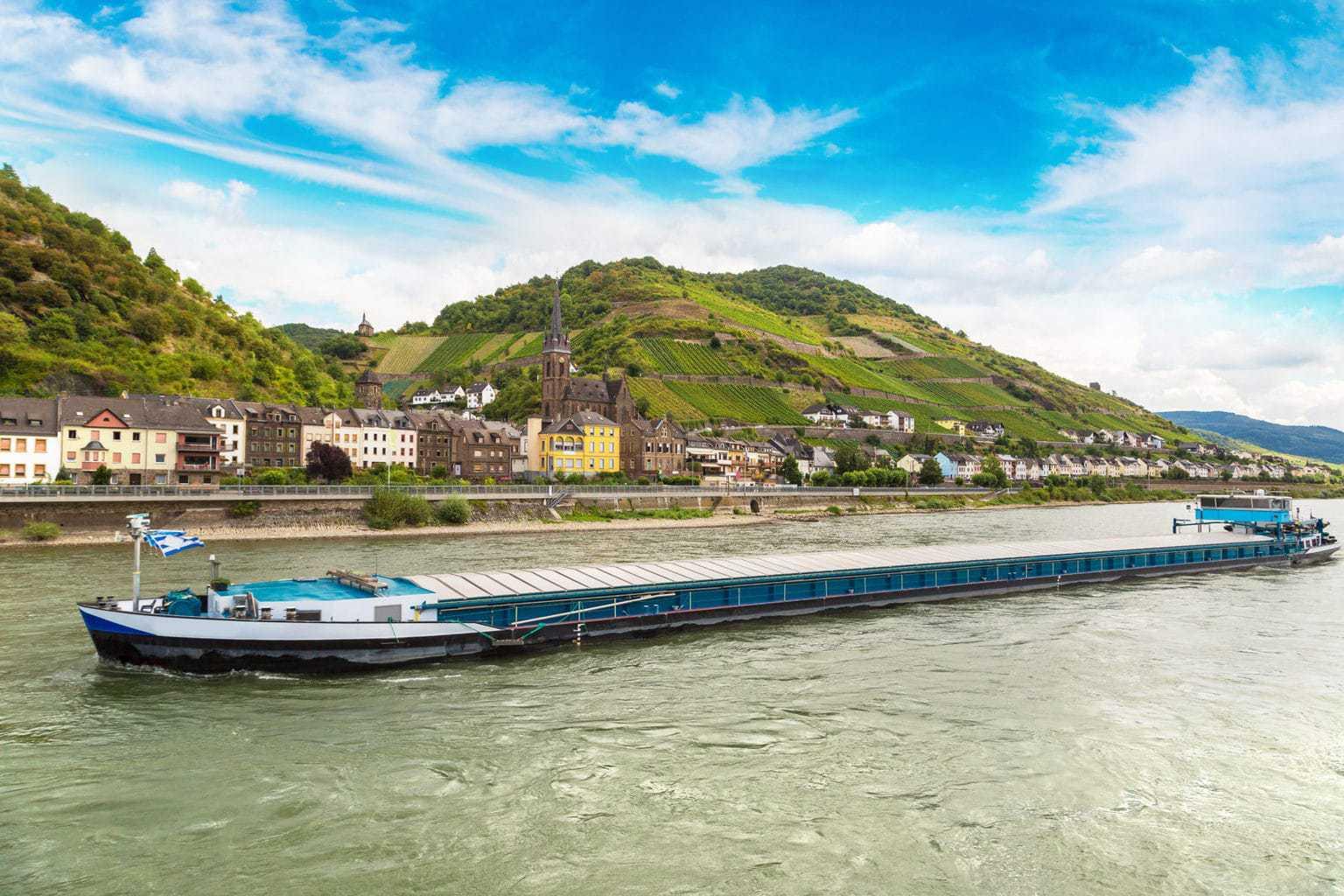 Een scheep op de rivier Rijn met op de achtergrond der Loreley