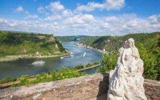 Standbeeld van de Lorely op de gelijknamige berg in het Duitse Rijnland-Palts met uitzicht op de Rijn