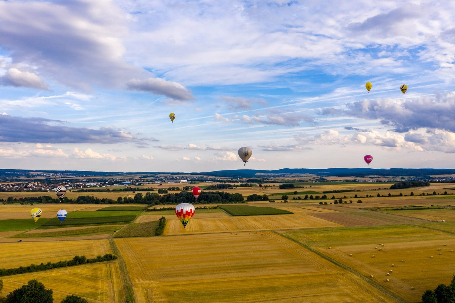 Luchtballons boven een landschap in het Duitse Hessen met op de achtergrond huevels