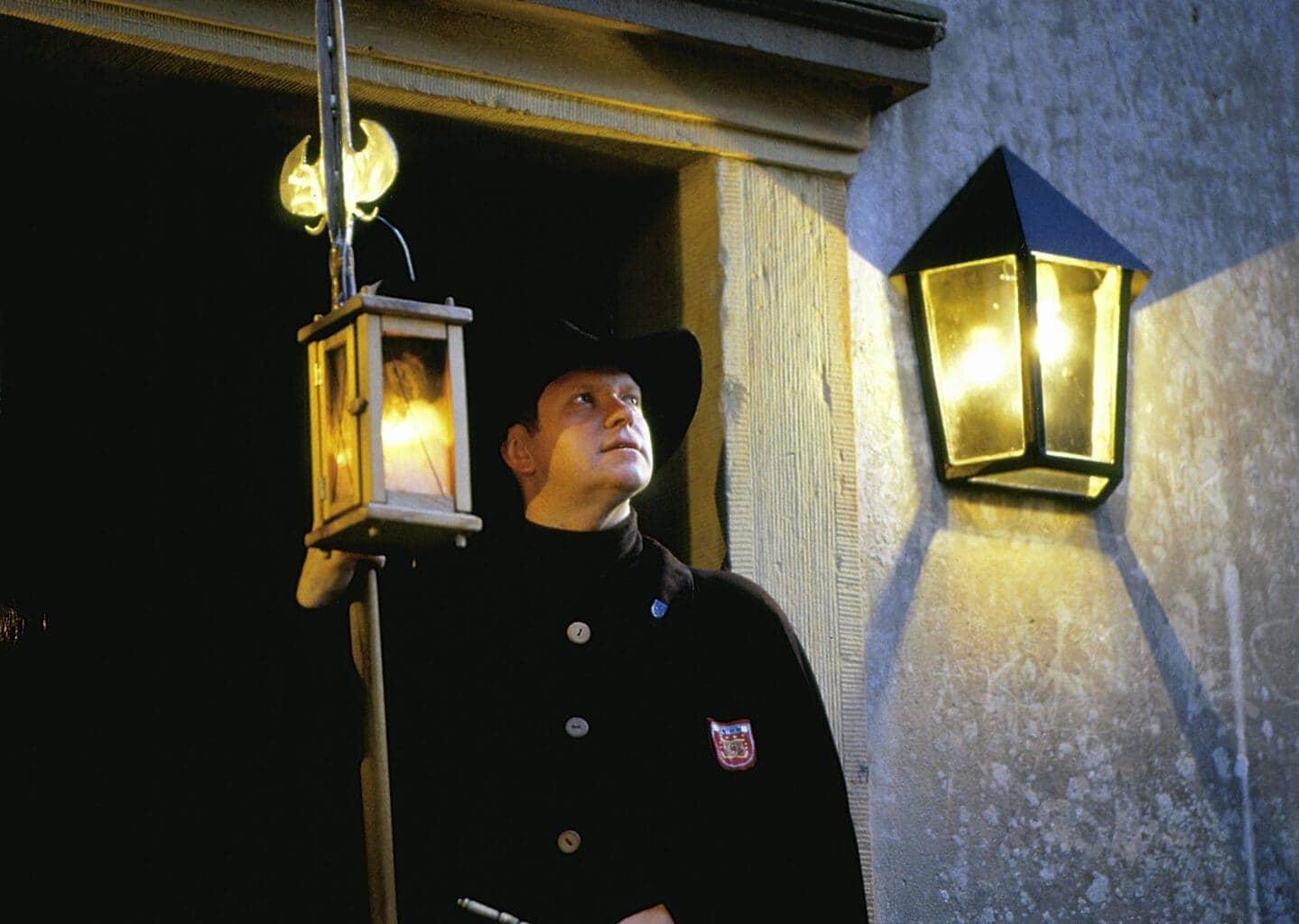 Een nachtwachter tijdens een rondleiding door Bad Bentheim