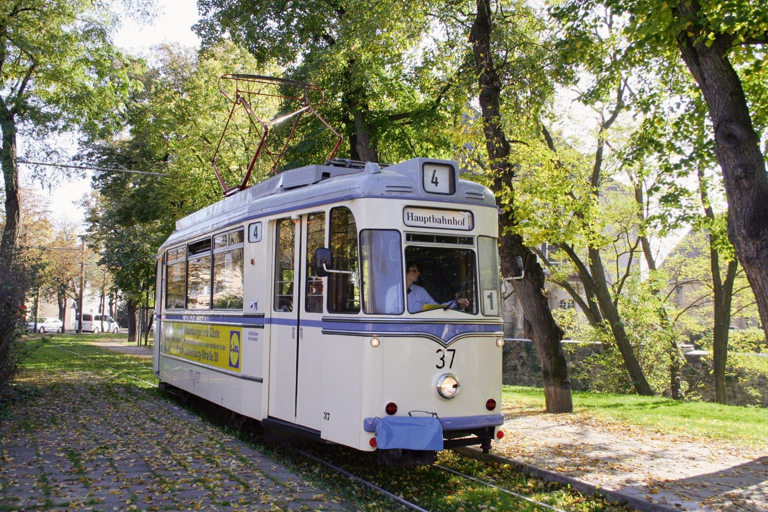 Een oude tram rijdt door Naumburg an der Saale