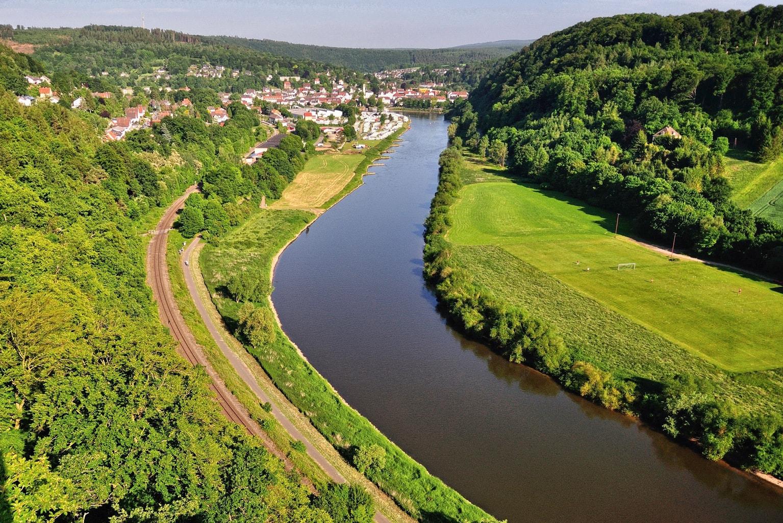 De rivier Weser met rails vanaf de Weser Skywalk