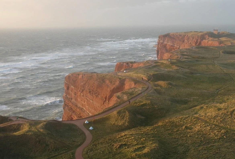 De rode rotsen op het Duitse eiland Helgoland met de Noordzee op de achtergrond