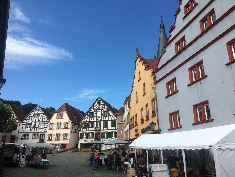 Vakwerkhuizen aan een pleintje in Ottweiler in het Saarland