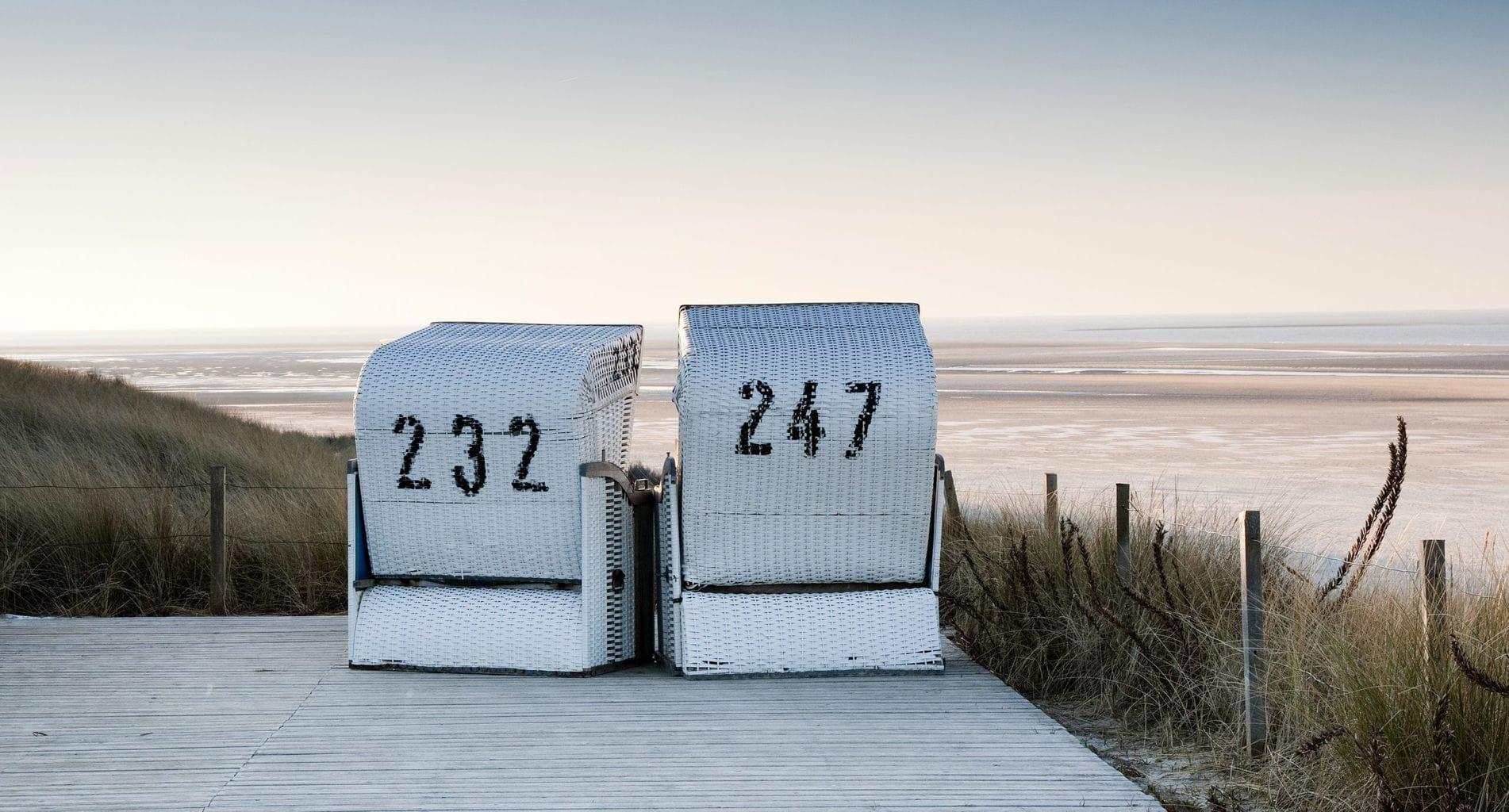 Een van de tien tips voor Spiekeroog: Strandkorven op een terras aan de Noordzee