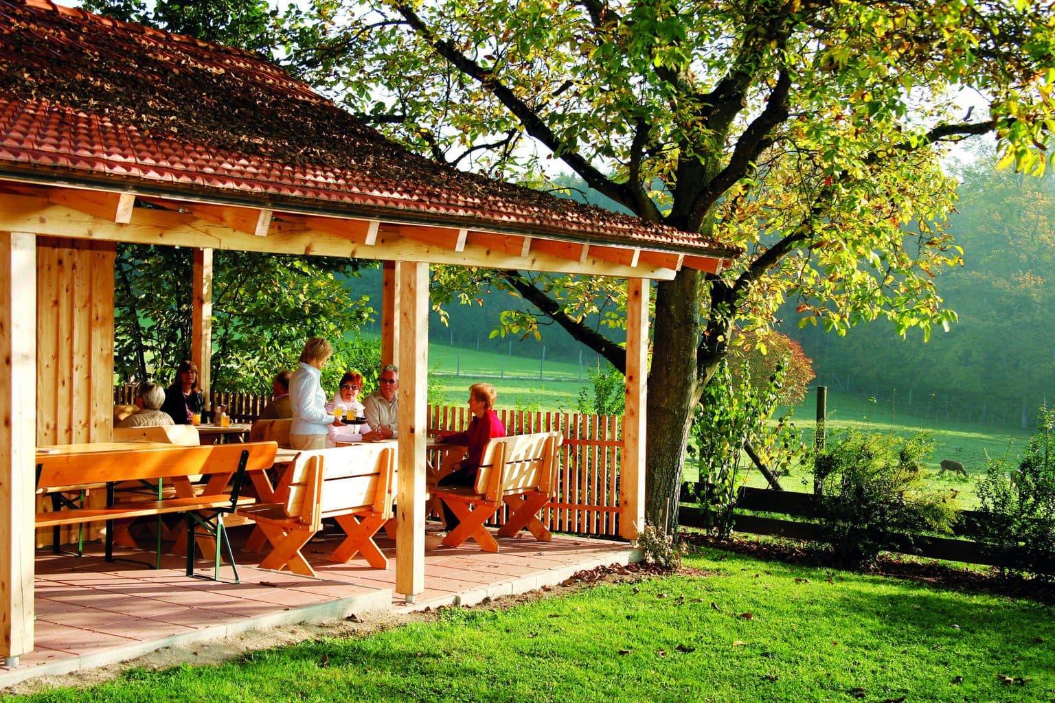 Terras van het Giglerhof in Nederbeieren met vrolijke picknickers