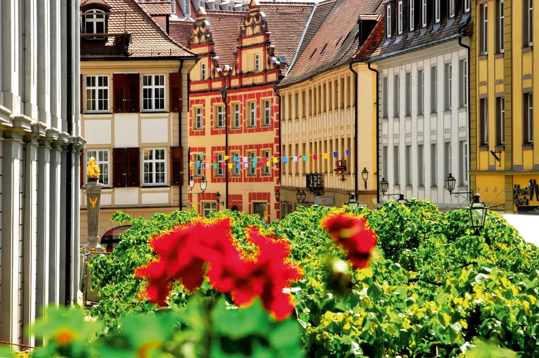 Geraniums en vakwerkhuizen in de historische binnenstad van Ansbach