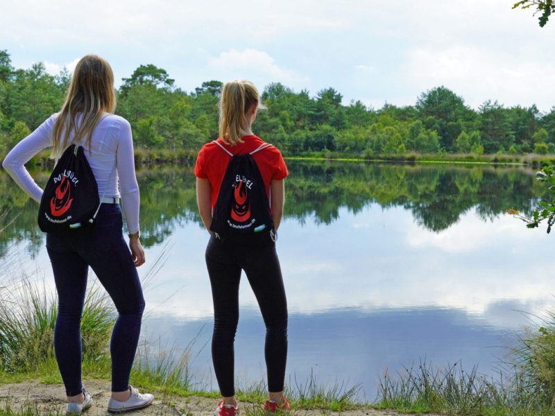 Twee wandelaars kijken op het Teufelsmoor bij Worpswede