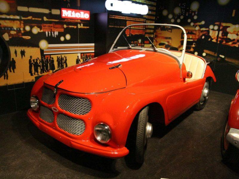 Een rode oldtimer in het automobielmuseum Einbeck