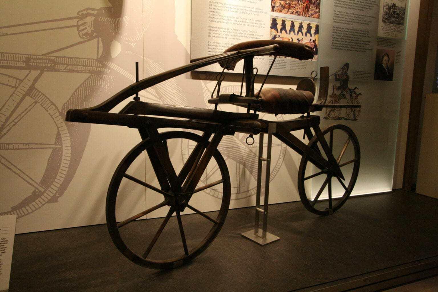 Een fiets in het automobielmuseum Einbeck in Nedersaksen