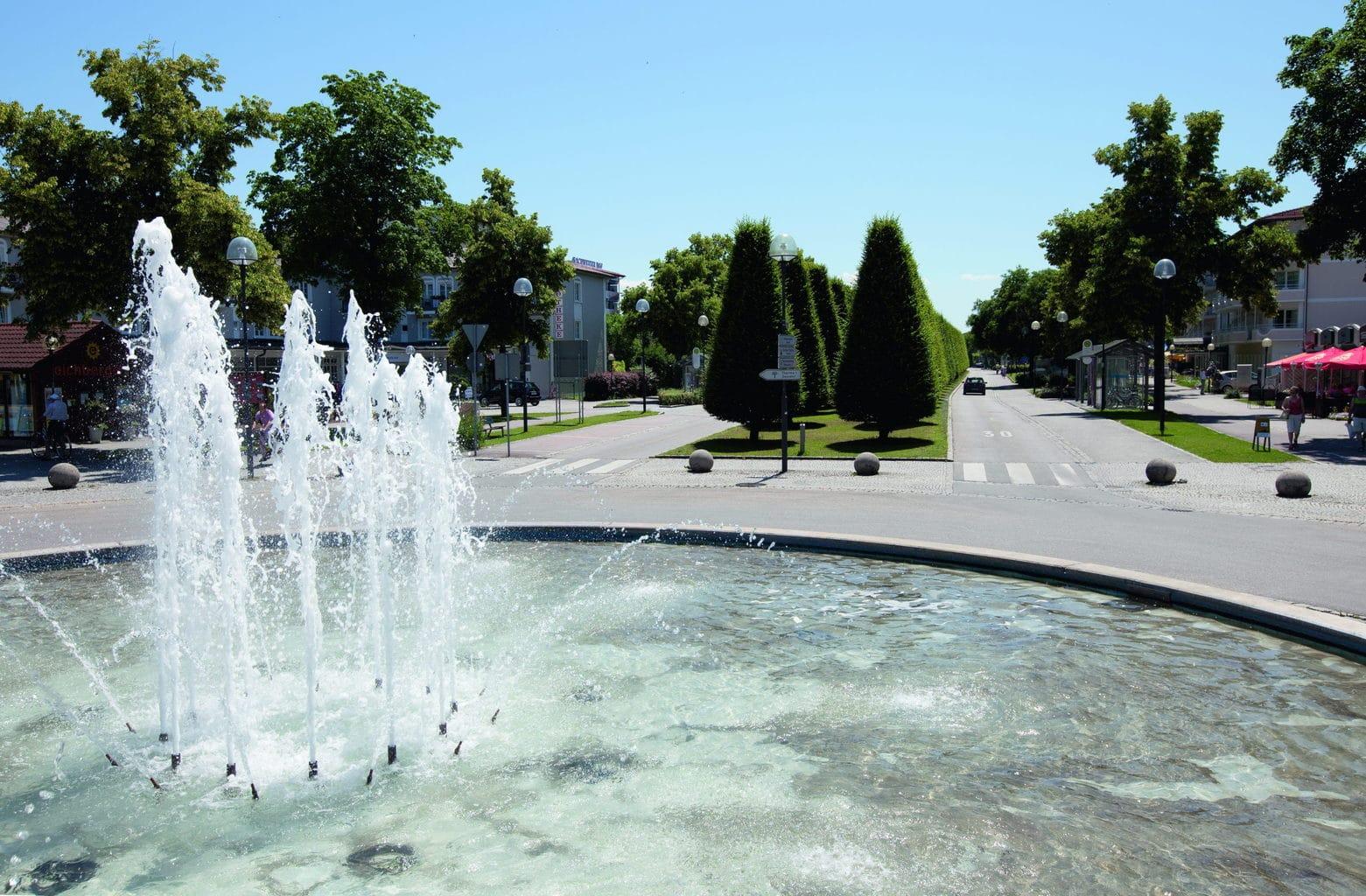 Een fontein met de Thermalbadstraße in bad Füssing