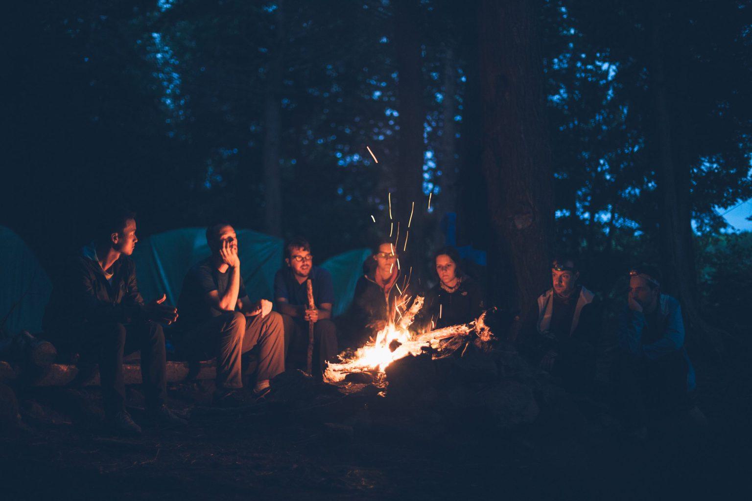 Een groep jonge mensen zit aan een campvuur in Hessen