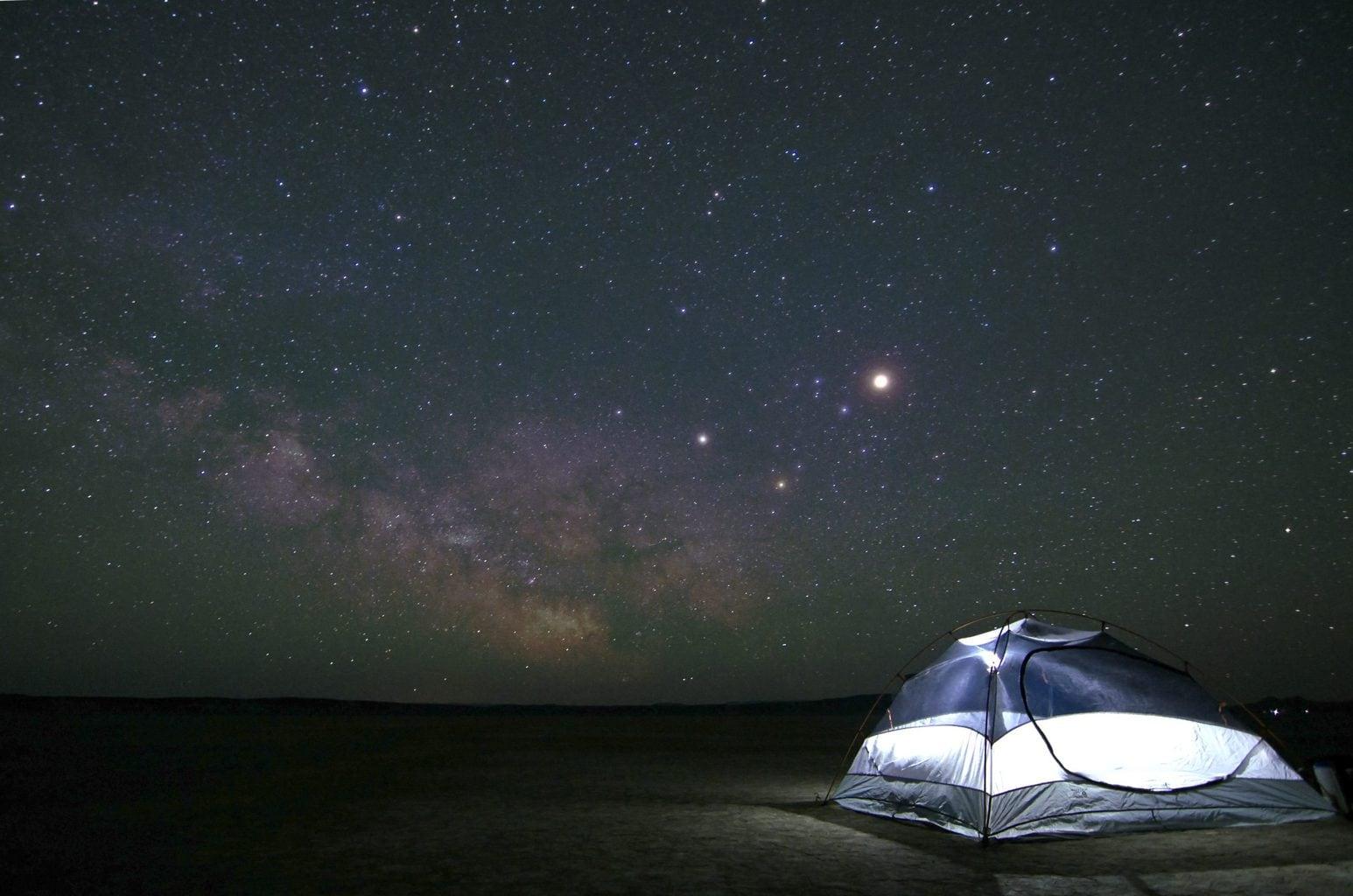Een tent onder de sterren in de Duitse deelstaat Hessen