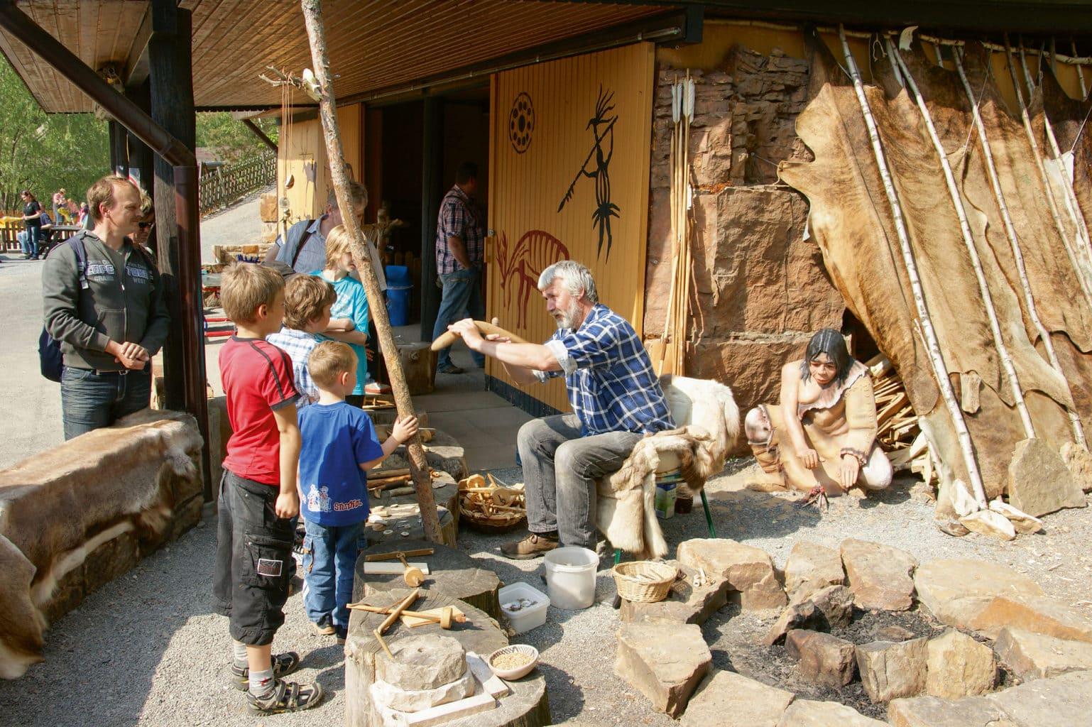 Kinderen in dinosaurussenpark Muenchehagen in Duitsland