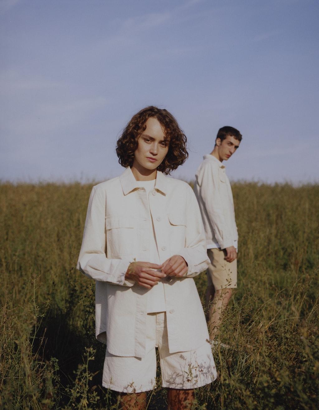 Jong stel in een veld met milieuvriendelijke mode uit Duitsland