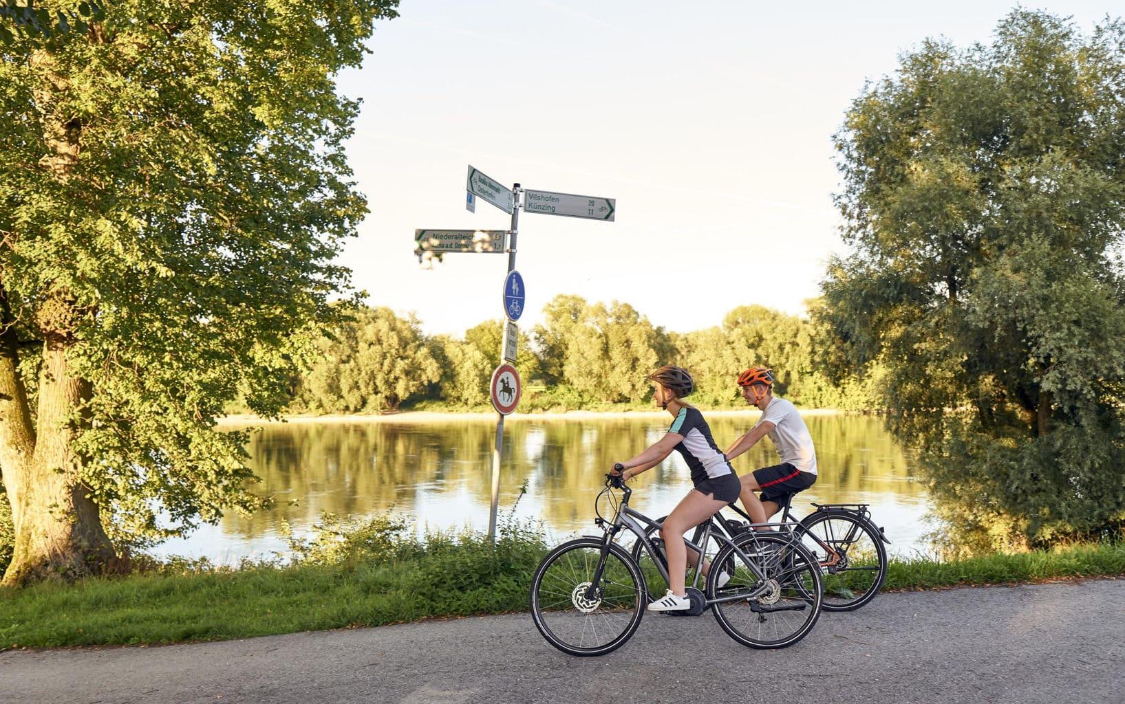 Fietser genieten op de Isar-Radweg in Beieren