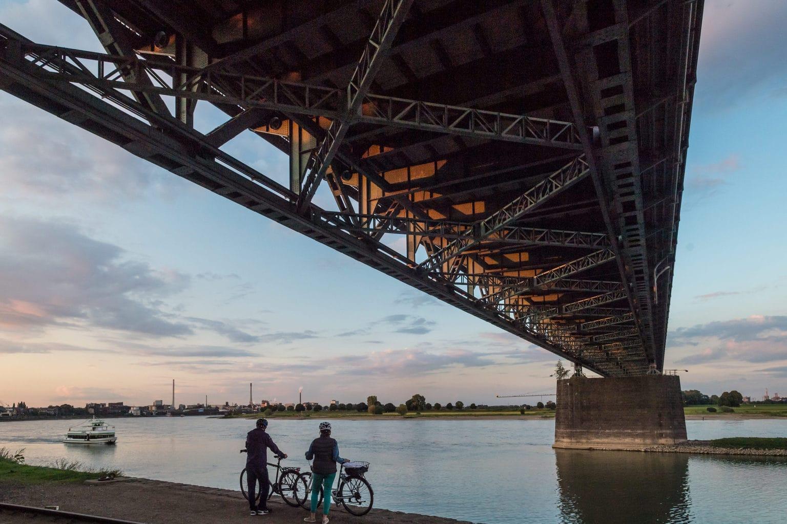 Een Rijnbrug bei Kuelen met fietsers