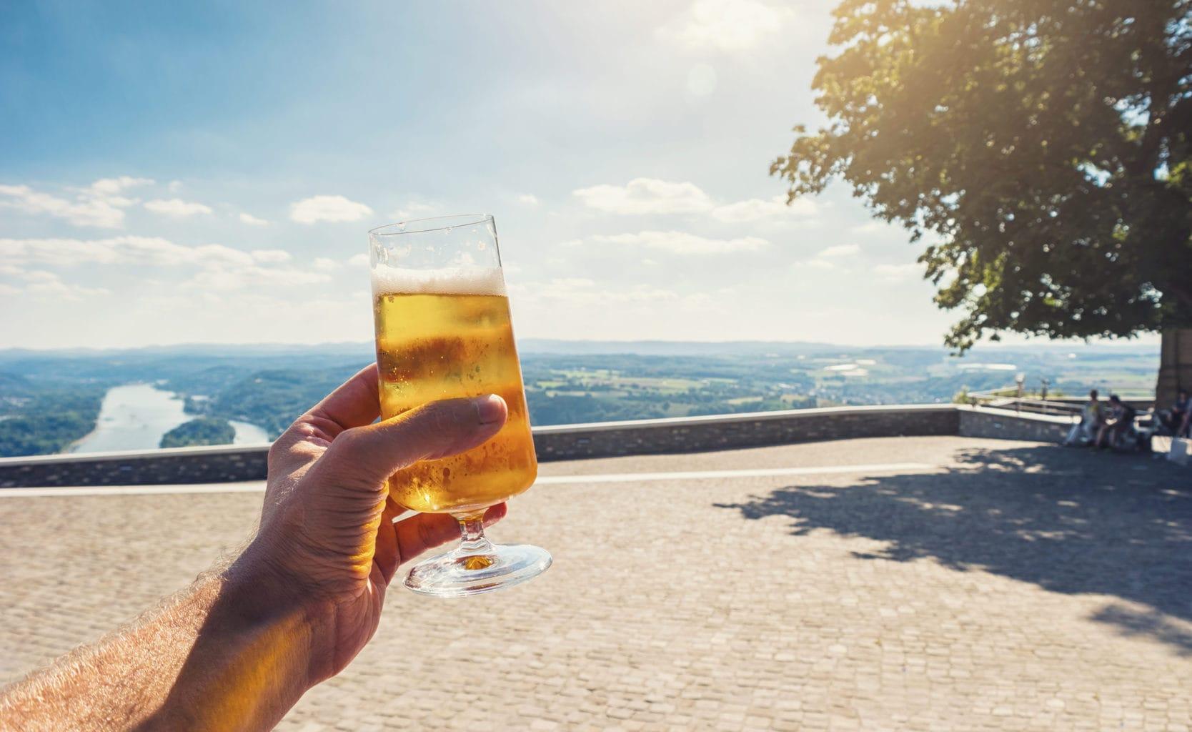 Een glas pils met uitzicht op de Rijn vanaf de drachenfels in bierland NRW