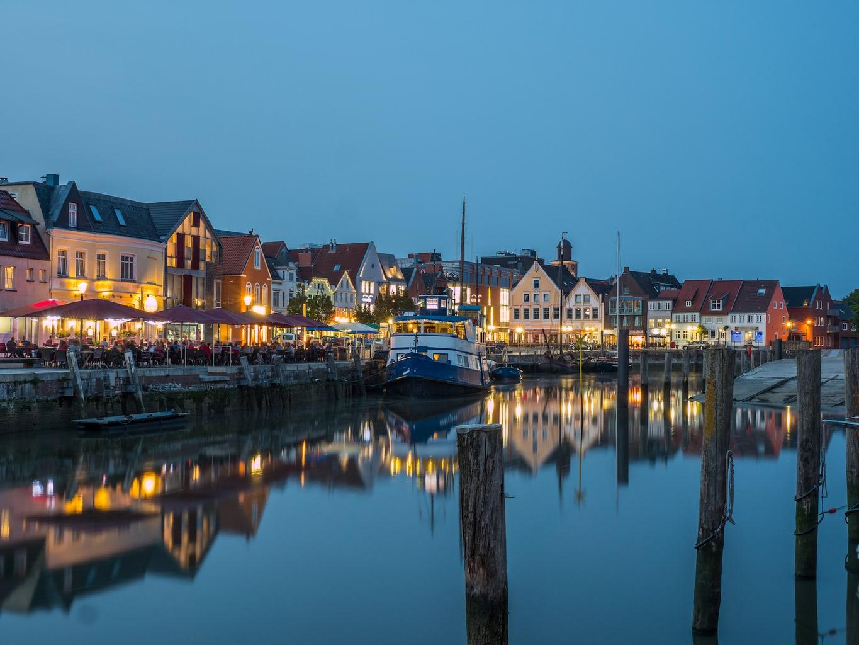 De haven van Husum in de avonduren