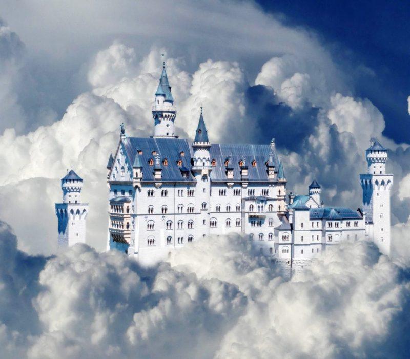 Schloss Neuschwanstein in Beieren is een van de bekendste bezienswaardigheden van Duitsland ook in de Wolken