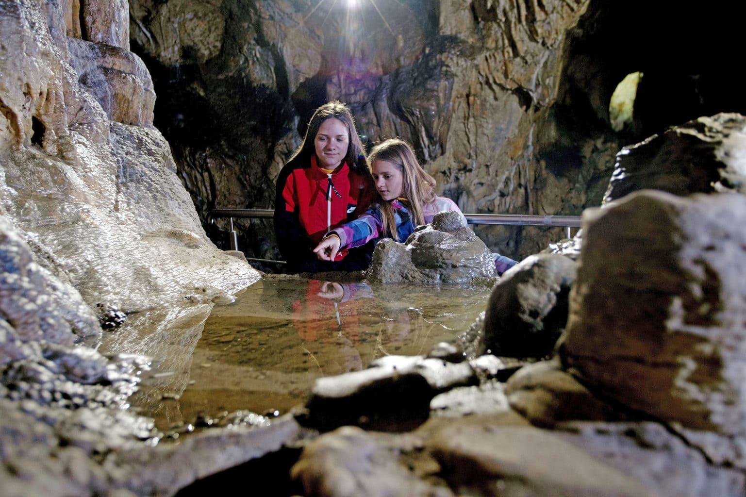 Kinderen genieten van de Charlottenhöhle in Giengen