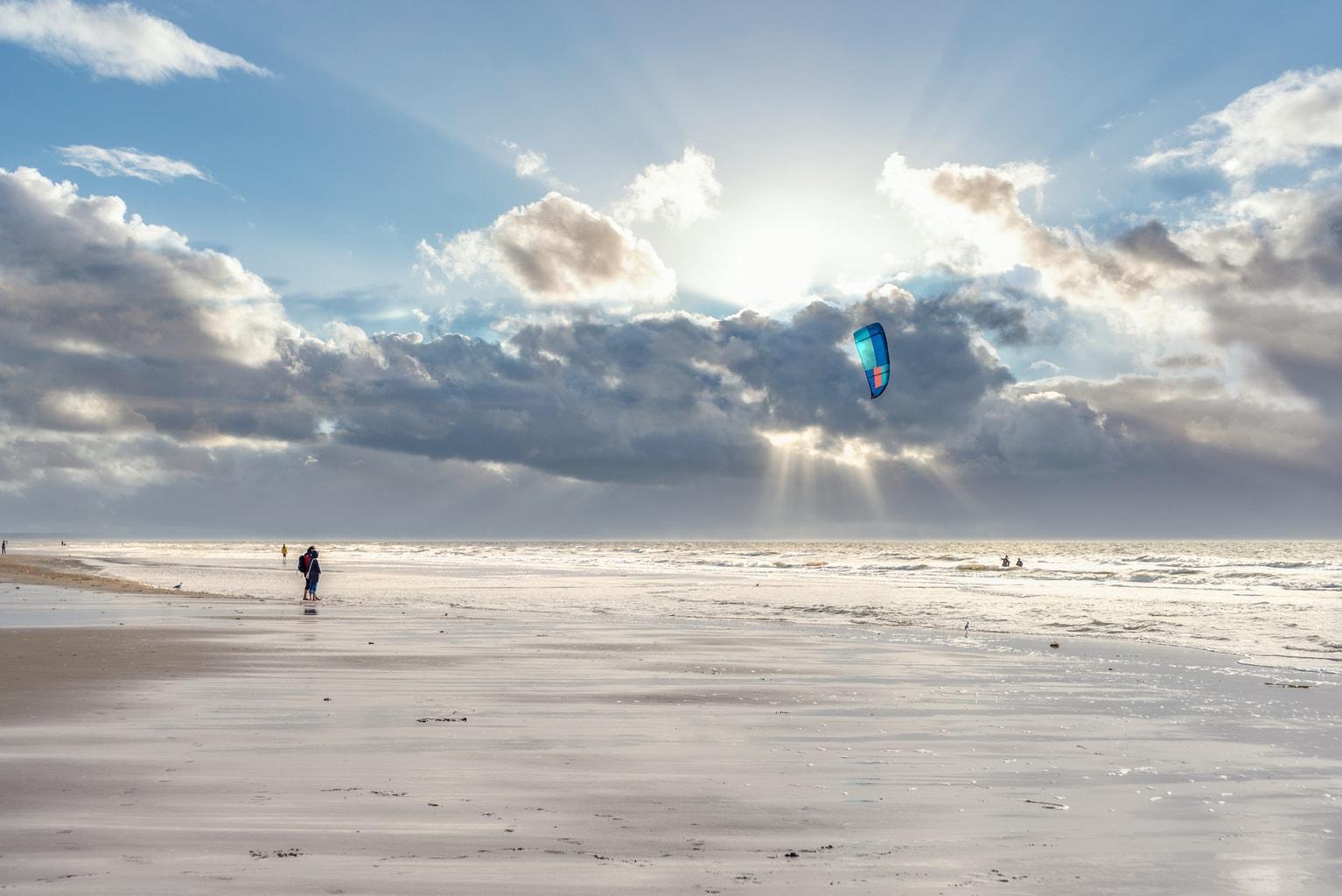 Een kitesurfer aan de noordzee in St. Peter Ording