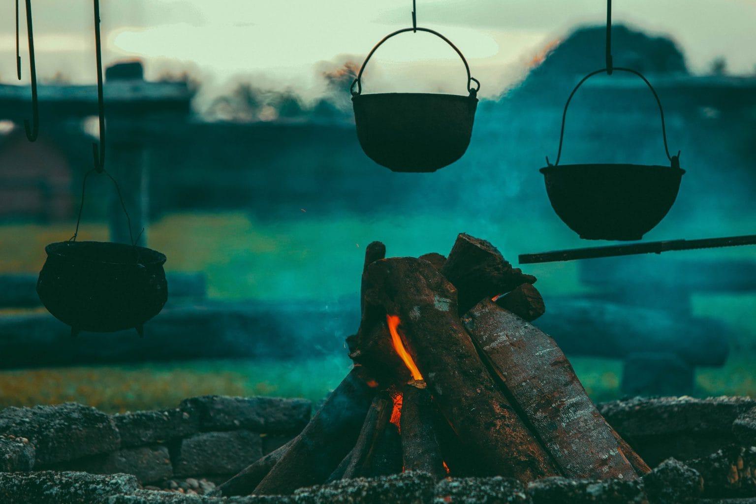 Koken boven een kampvuur in Hessen