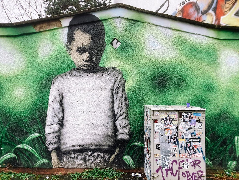 Jonge op een muur in Ehrenfeld