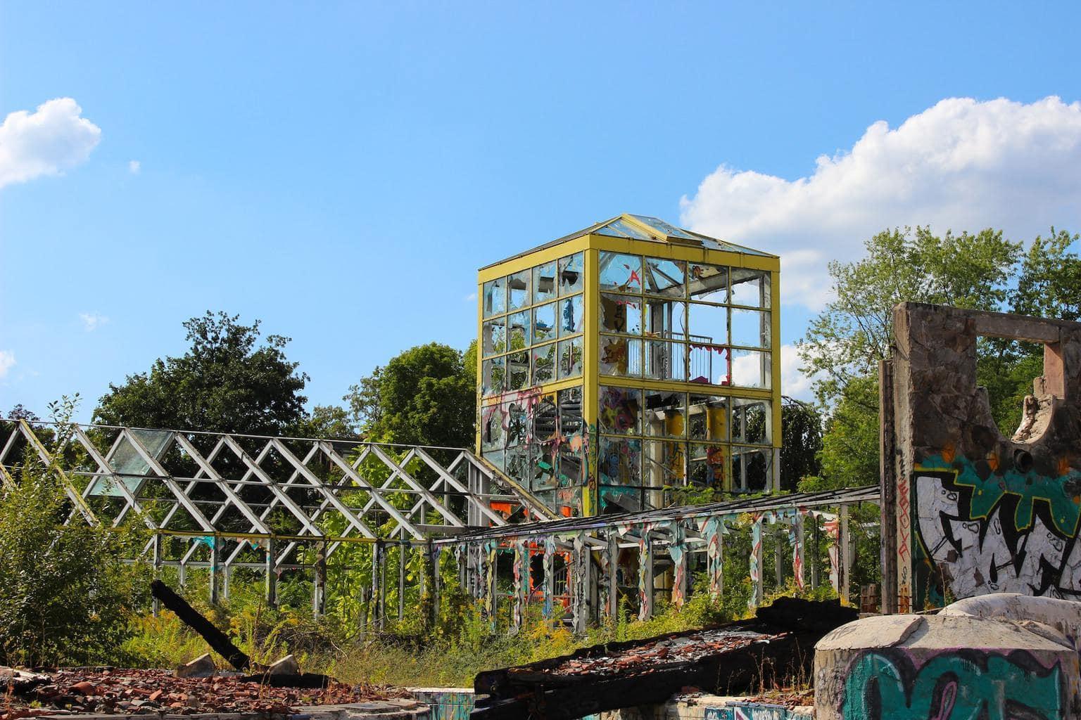 Een verlaten kas behoort tot de lost places in Berlijn