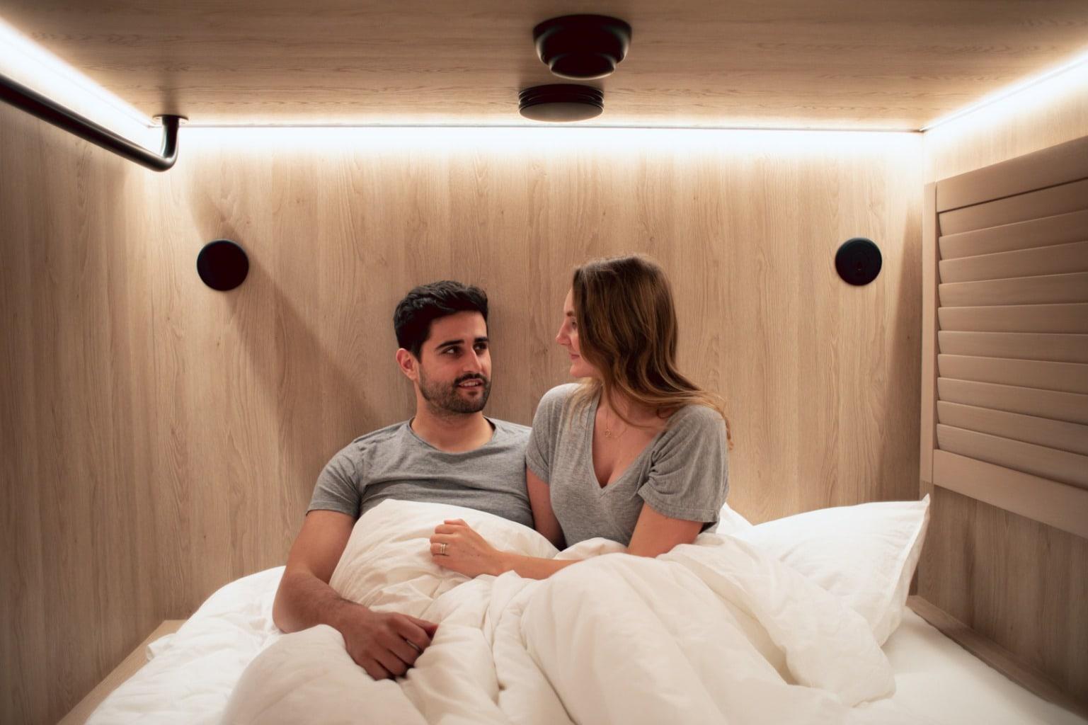 Man en vrouw in cabine van CAB20 Hotel in Hamburg