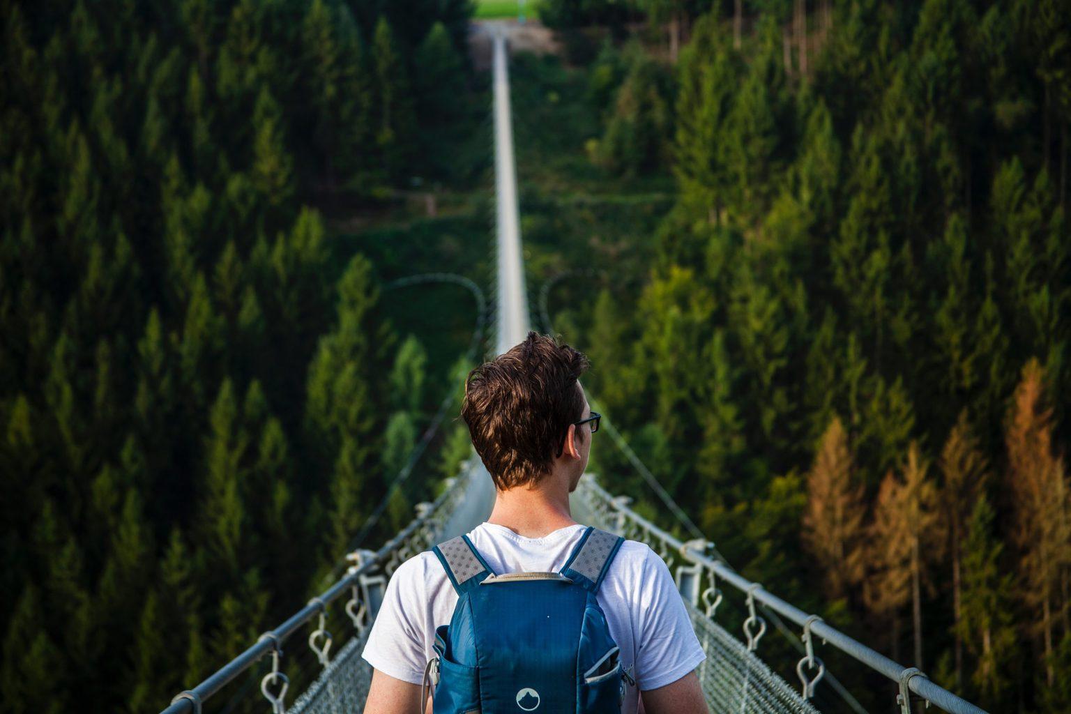 Een jonge man op de Geierley Hangbrug in de Hunsrück in Dutisland