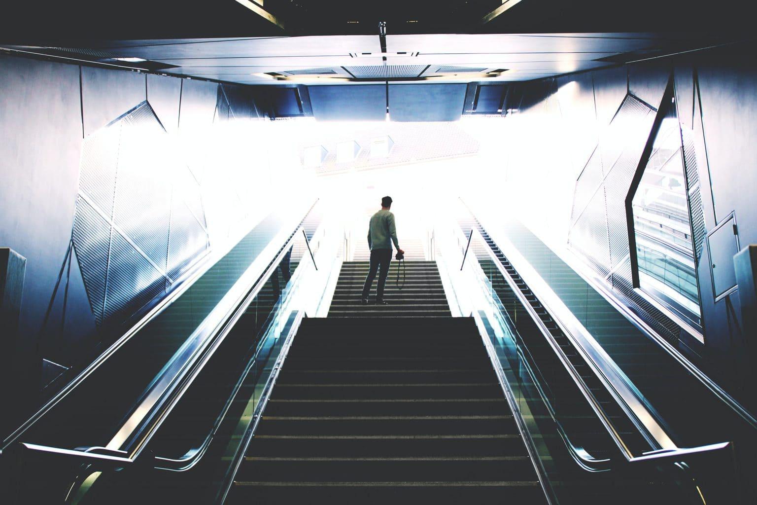 Een roltrap in een metrostation in Keulen