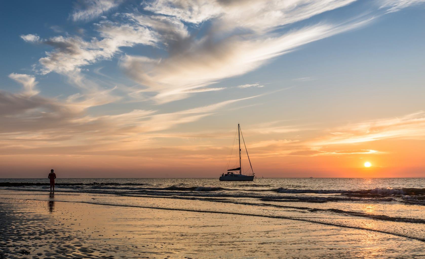 Een zeilboot voor de kust van het Duitse eiland Norderney