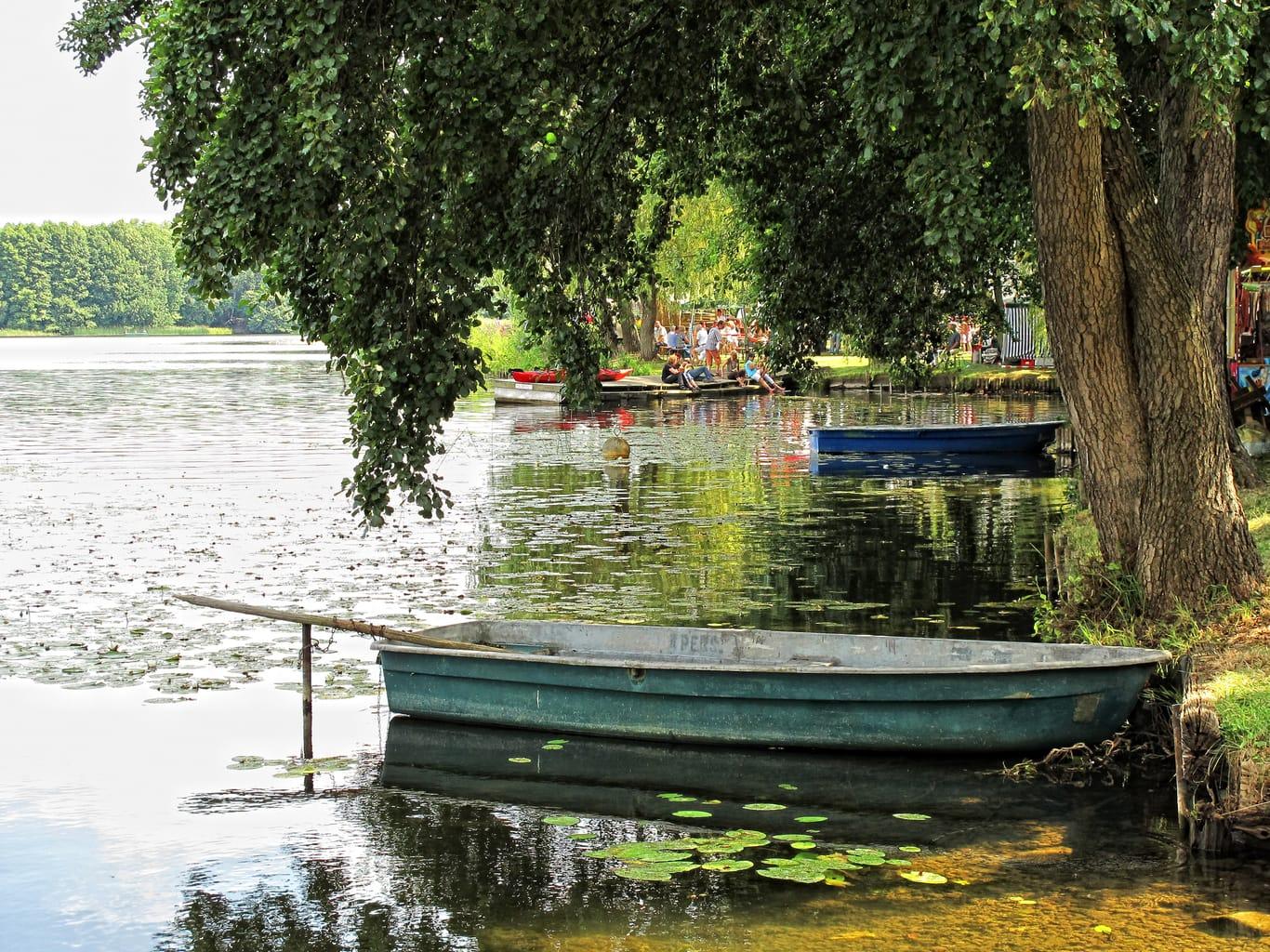 Een roeiboot op het idyllische meer bij Lychen in Brandenburg