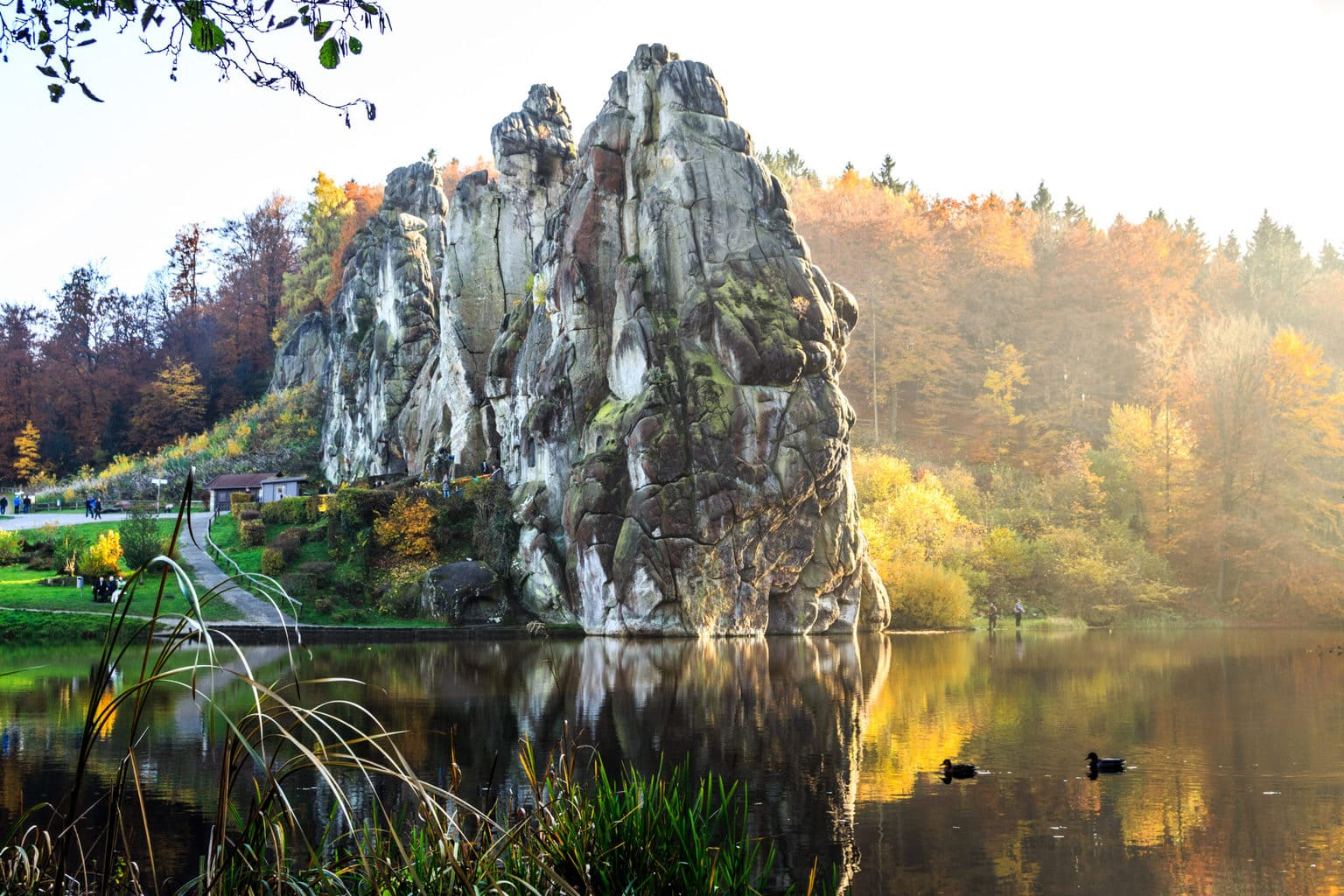 De Externsteine in het Teutoburger Wald in Noordrijn-Westfalen