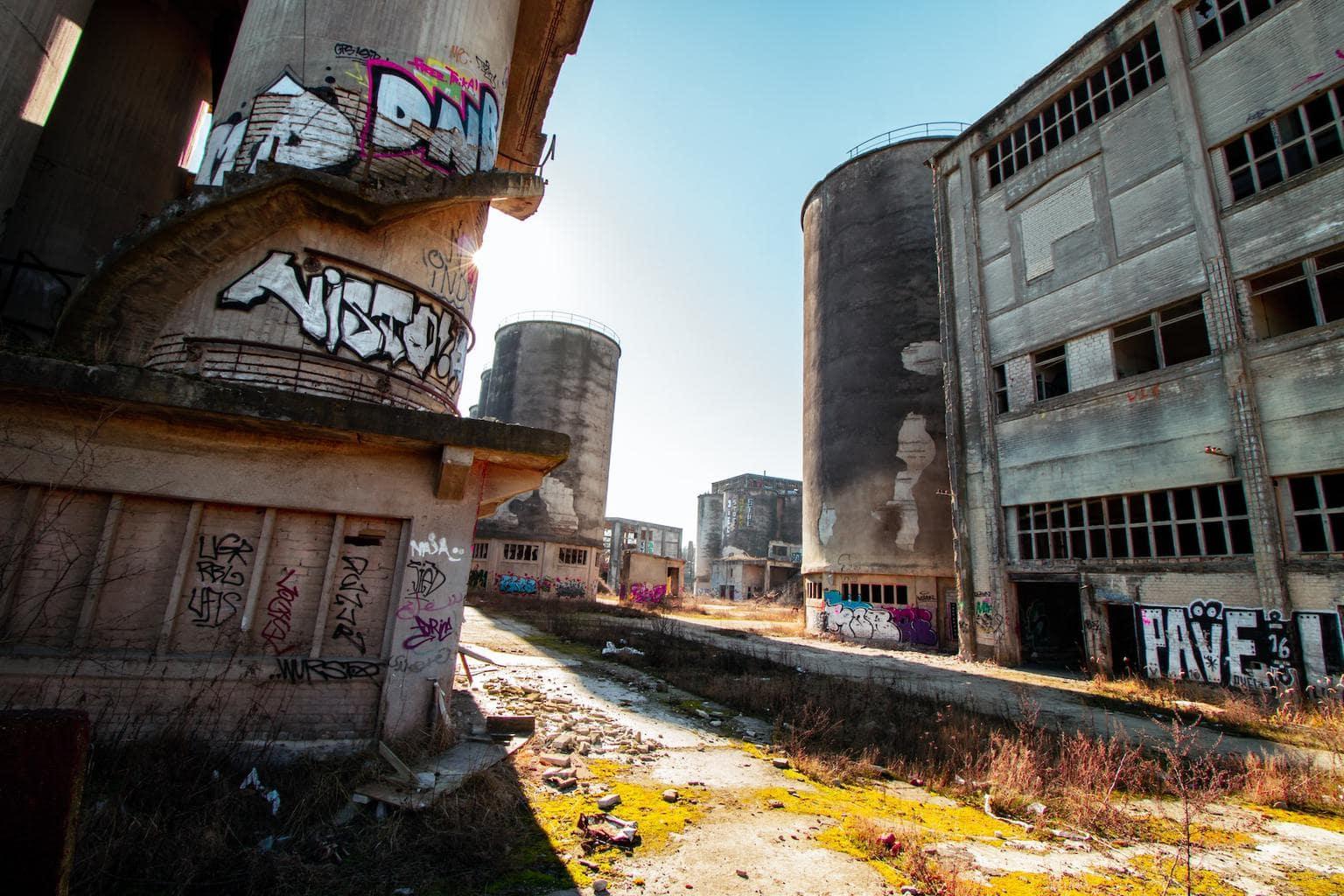 De ruïne van een fabriek behoort tot de lost places in Berlijn åç