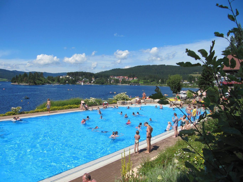 Zwembad met de Schluchsee op de achtergrond