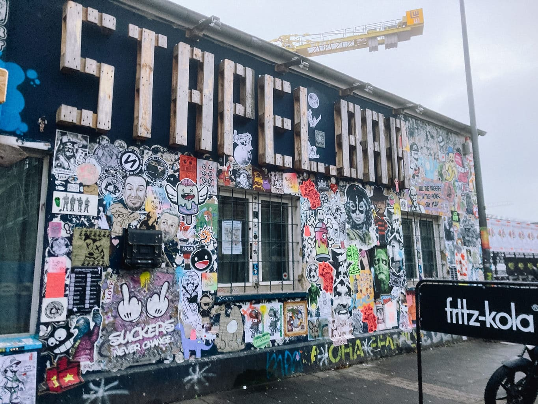 Graffitis aan de muur van de Stapelbar in Köln-Ehrenfeld