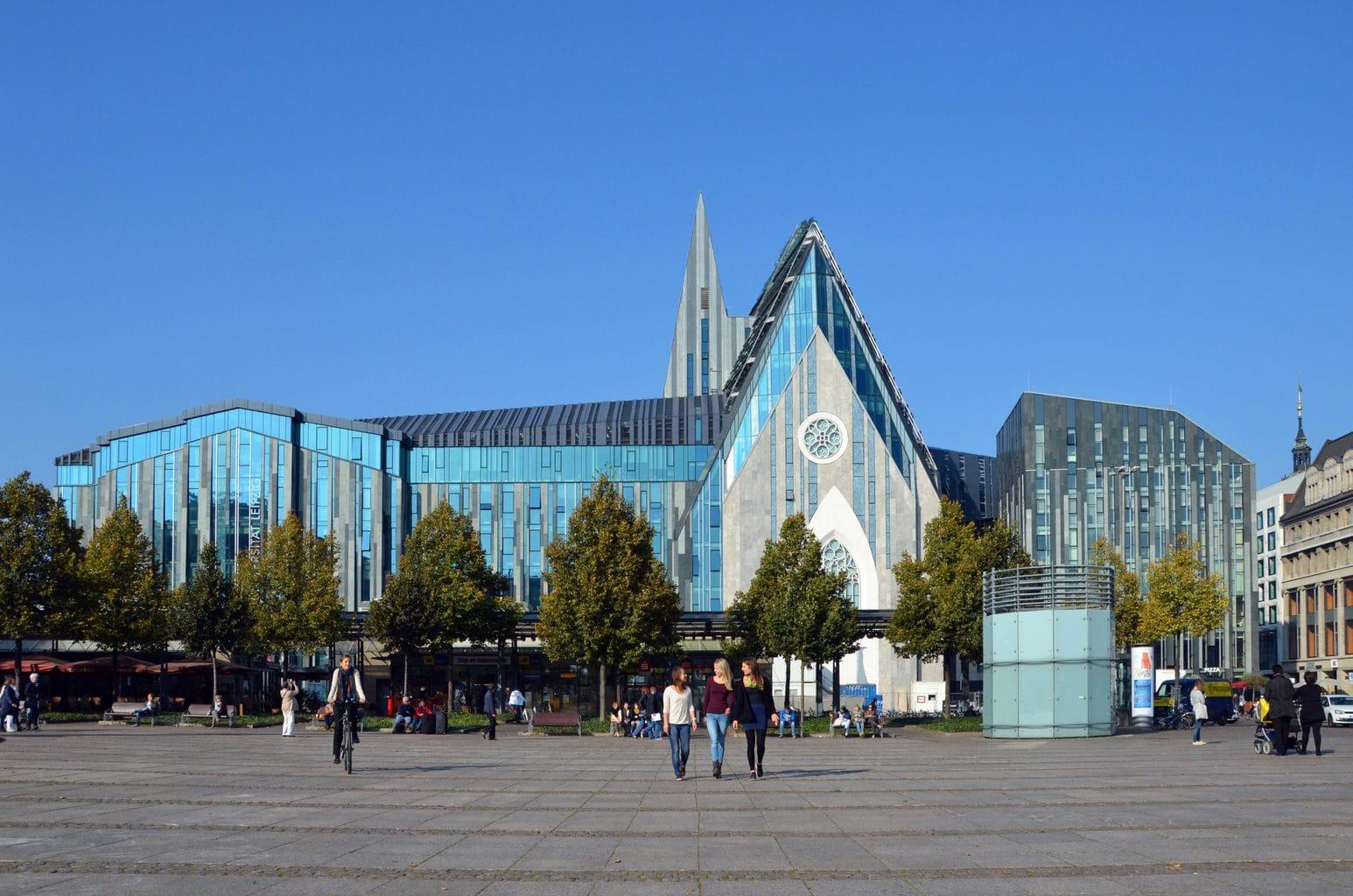 Futuristisch gebouw van de universiteit van Leipzig
