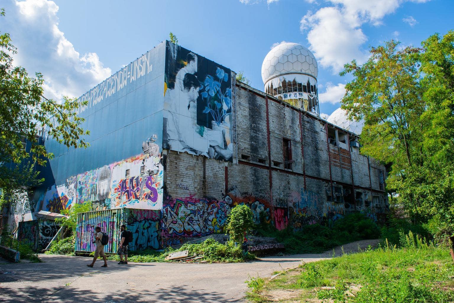 Een gebouw op de Teufelsberg in Berlijn met radarstation en murals