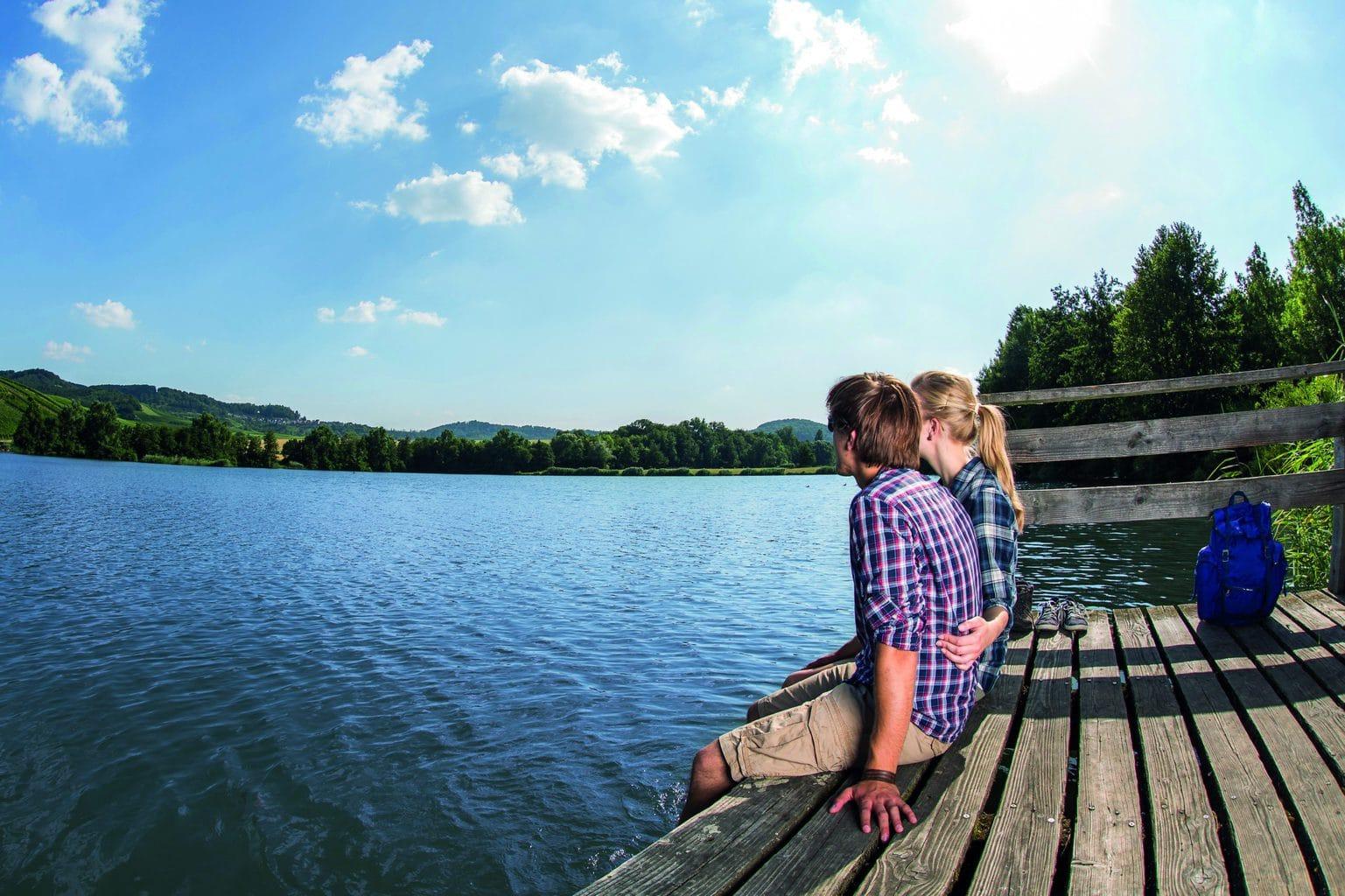 Verliefd stel aan de oevers van de Breitenauer See in BadenWürttemberg