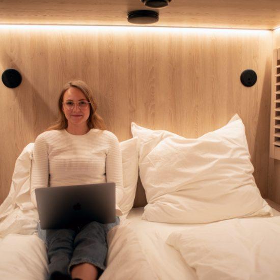 Vrouw in cabine van CAB20 Hotel in Hamburg