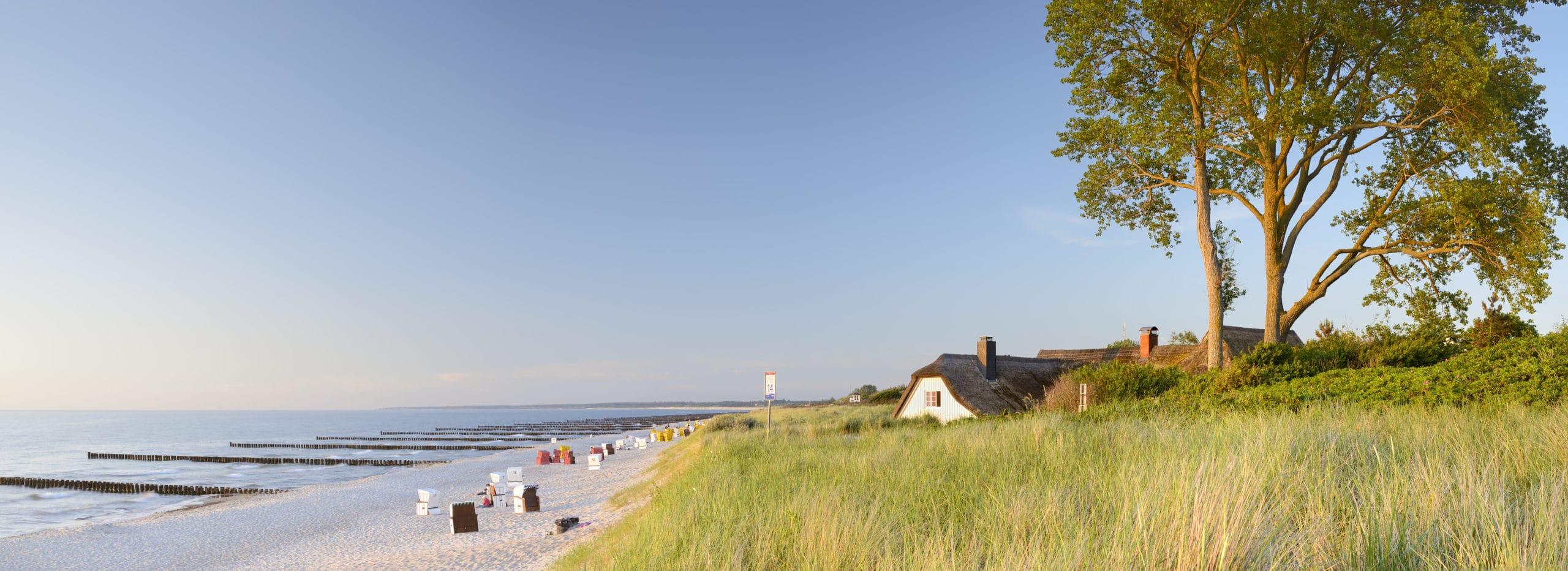 Typische huizen in Ahrenshoop in Mecklenburg-Vorpommern aan het witte strand met oostzee