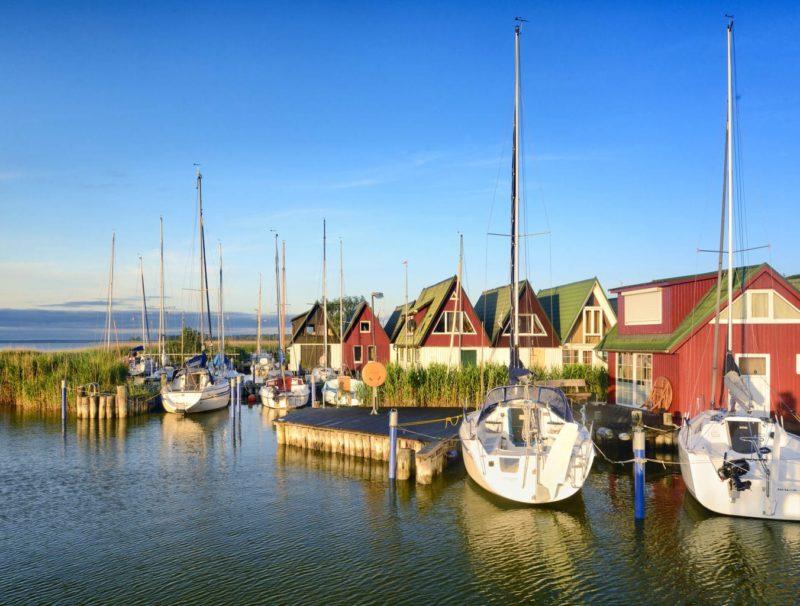Oude vissershuisjes in Ahrenshoop in het nationaal park Vorpommersche Boddenlandschaft