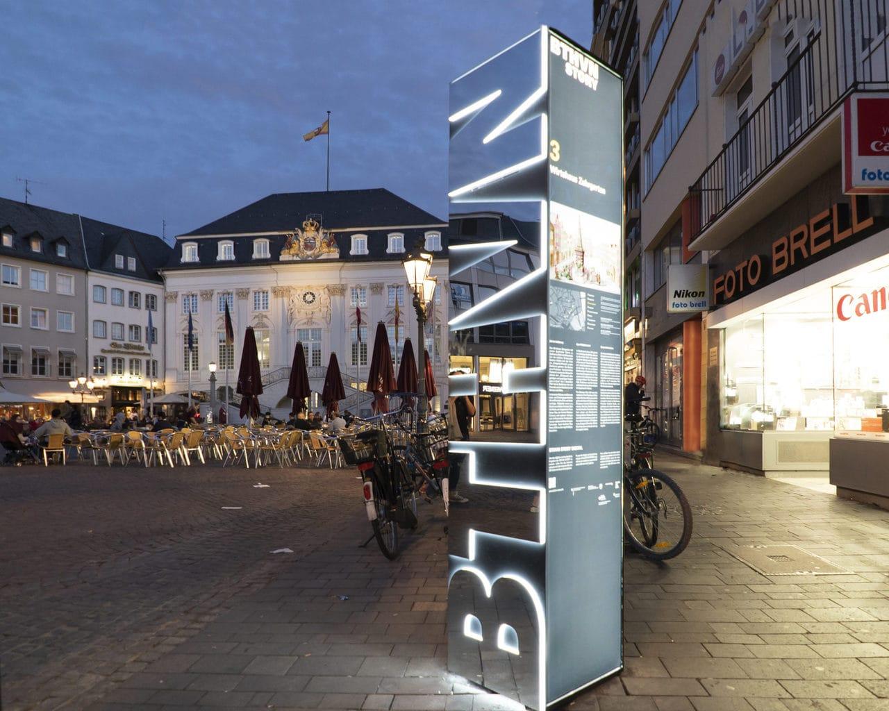 Marktplein in Bonn met borden voor het Beethoven Festival