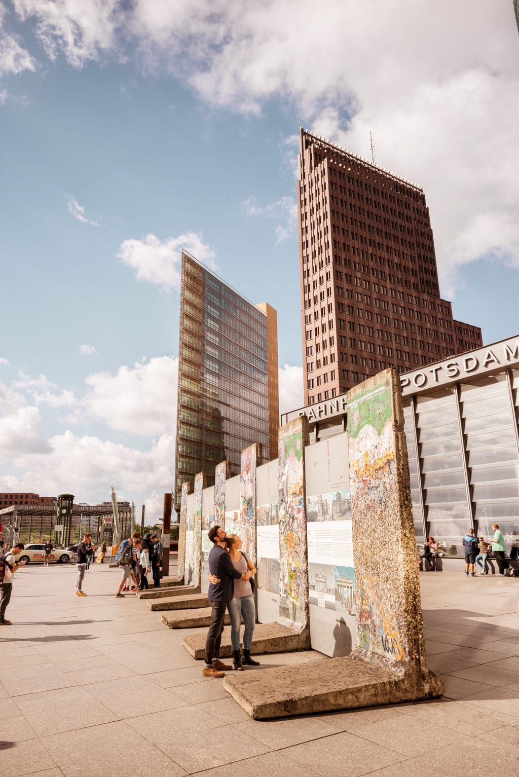 Bezoekers bekijken restanten van de Berlijne muur in de buurt van de Potsdamer Platz