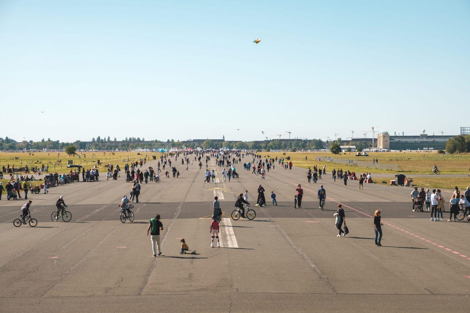 Mensen genieten van de dag op het Tempelhofer Feld in Berlijn
