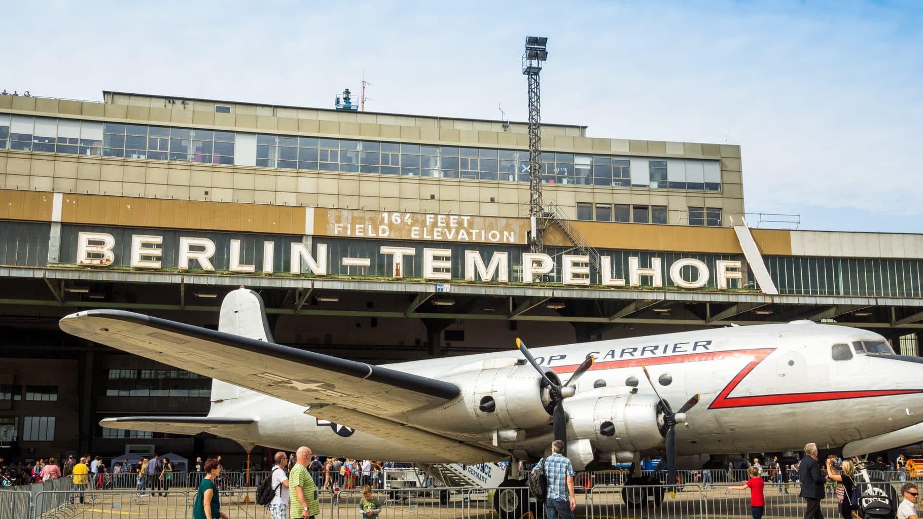 Een vintage vliegtuig van het merk DC3 op het Tempelhofer Feld in Berlijn